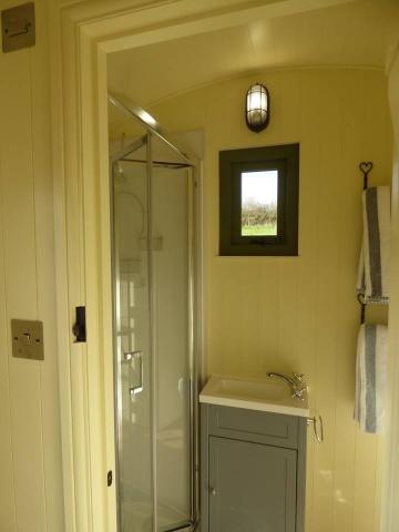 Shepherd Hut En-suite shower room